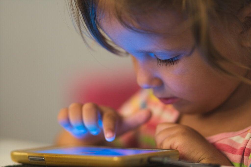 Niña con una tablet