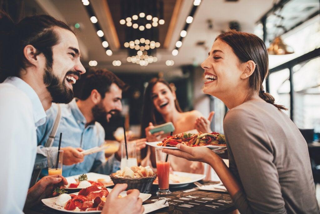 Amigos comiendo en un restaurante simbolizando las características de los buenos amigos