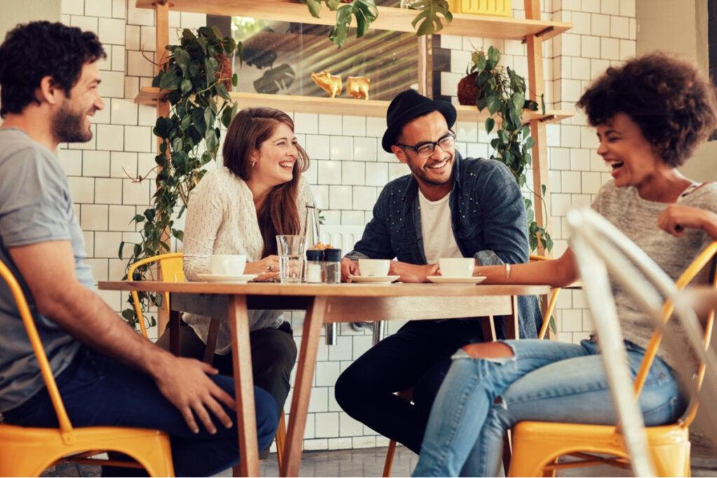 Amigos tomando café representando la importancia de tener a alguien que te escuche