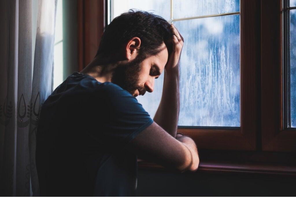 Hombre experimentando los efectos crecer con un padre narcisista