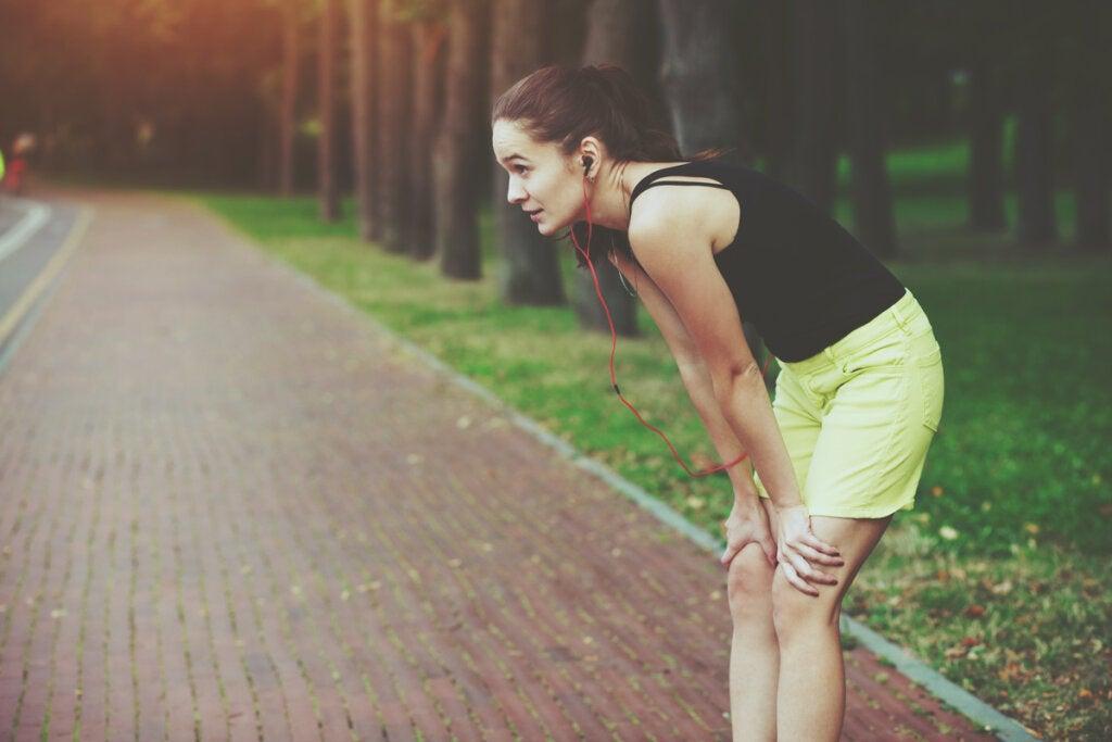 Mujer agotada después de correr para simbolizar a las personas que disfrutan del dolor