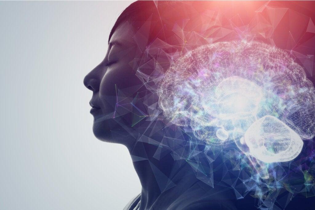 Mujer con los ojos cerrados con el cerebro iluminado para simbolizar a las personas que disfrutan del dolor