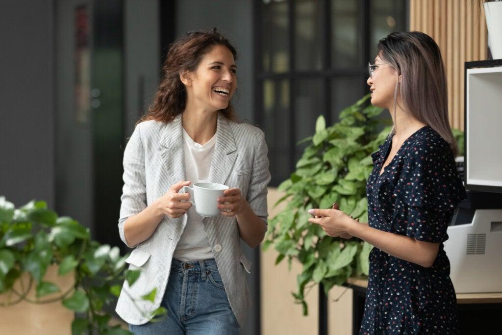 Mujeres hablando simbolizando la importancia de tener a alguien que te escuche