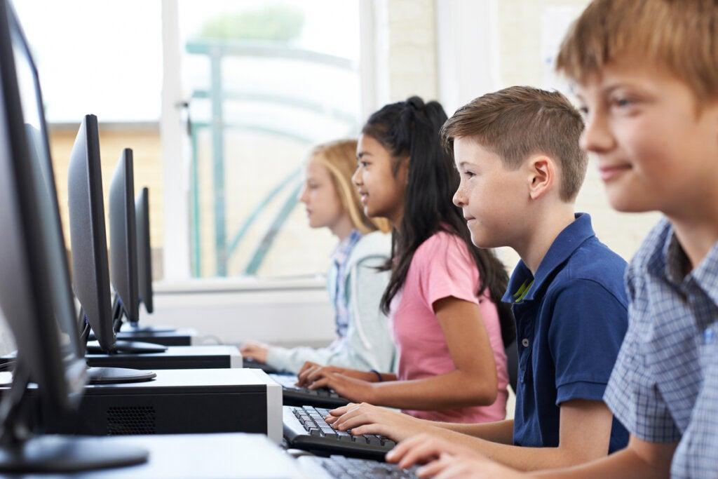 Niños aprendiendo con la alfabetización digital