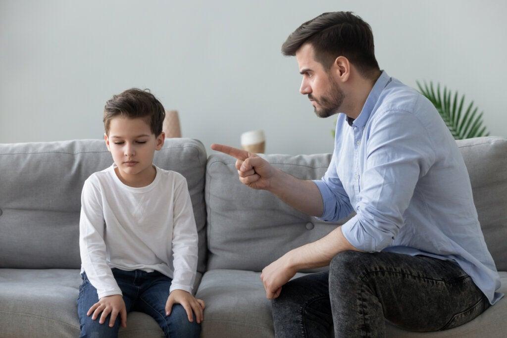 Escena simbolizando el origen de los efectos en la edad adulta de crecer con un padre narcisista