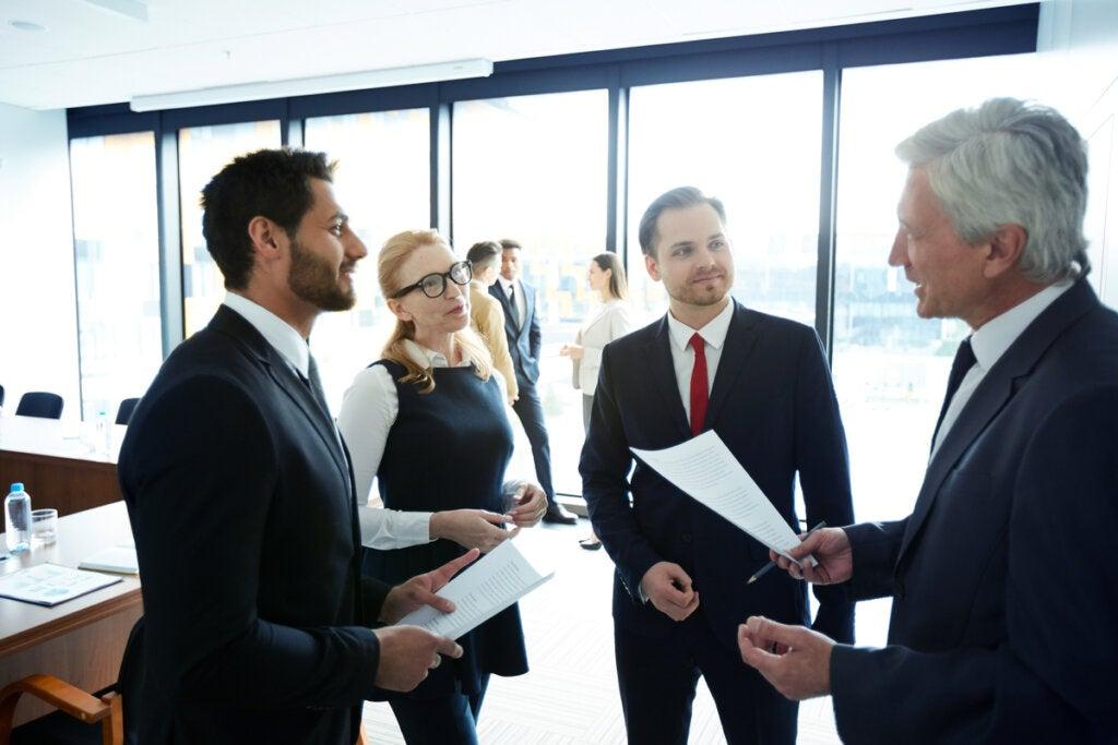 equipo de trabajo representando cómo elogiar a alguien de manera correcta