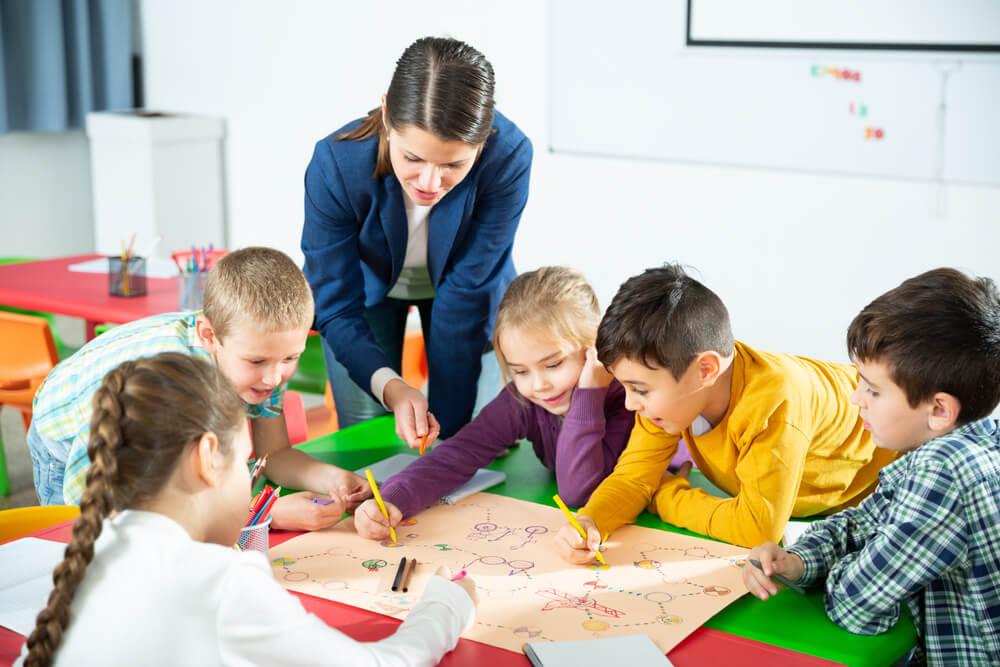 Niños en clase haciendo una actividad grupal