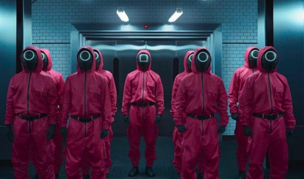 Personas vestidas de rojo en el juego del calamar